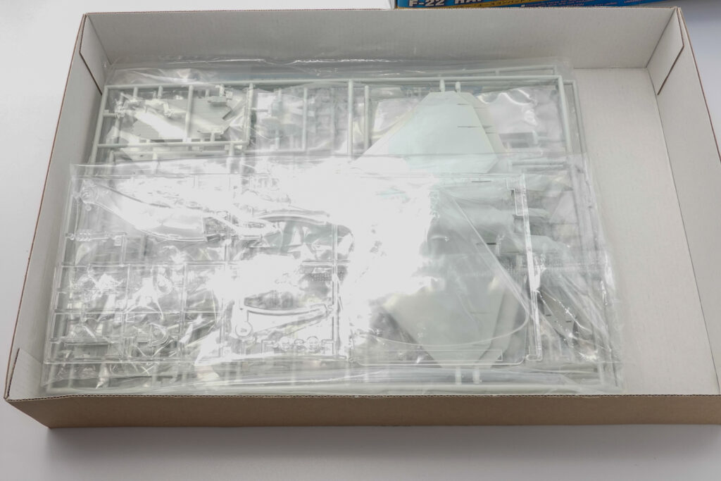 ハセガワ 1/72 エースコンバット F-22  ラプター メビウス1のプラモデルの箱の中身
