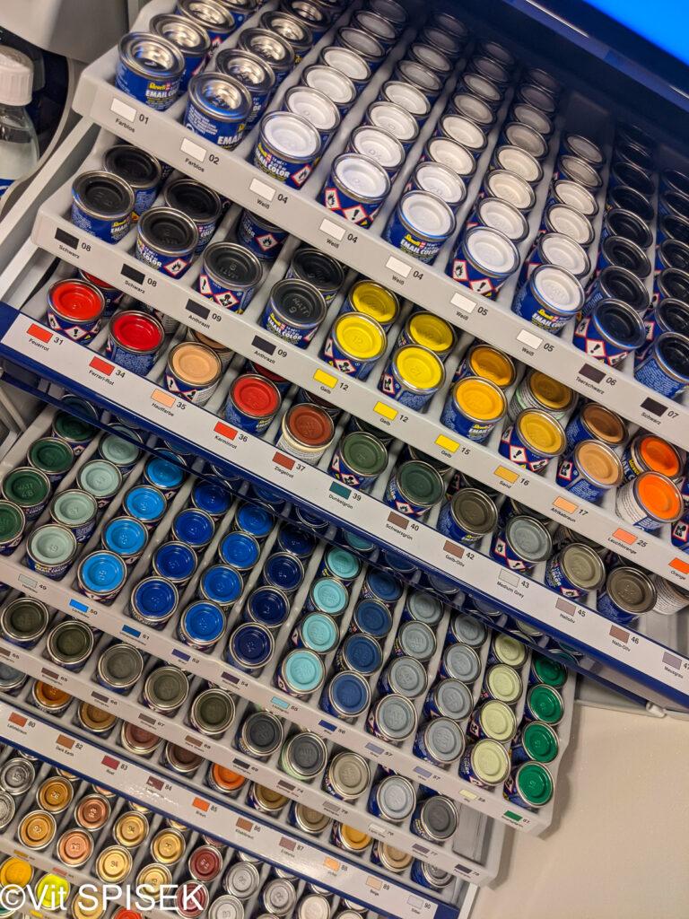 チェコの模型店Profimodel の店内 塗料 ハンブロール